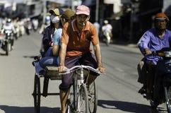 Pedicab dibujado por la bicicleta, Vietnam imagen de archivo