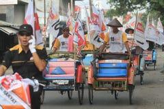 Pedicab ståtar när partiet av demokrati i Indonesien Arkivbild