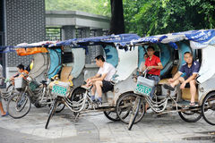 Pedicab taxar chauffören Royaltyfri Foto