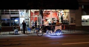 Pedicab transporte le passager sur la rue de nuit dans la ville de l'Orégon Images libres de droits