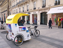 Pedicab tuggar ljudligt Elysées Paris Frankrike Arkivfoton
