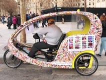 Pedicab tuk-Tuk die Parijs bezienswaardigheden bezoeken Stock Afbeeldingen