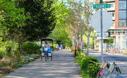 Pedicab und Fußgänger auf Flussufer gehen in Corvallis, Oregon stockfotografie