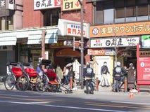 年轻pedicabs在东京 库存图片