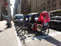 Pedicabs estacionou na 6a avenida perto do Central Park, New York City, NYC, NY, EUA Fotografia de Stock