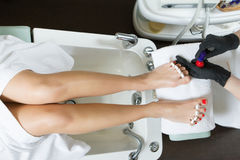Pedicure στο πόδι γυναικών λάκκας στερεωτικών στιλβωτικής ουσίας καρφιών σαλονιών ομορφιάς Στοκ Εικόνα