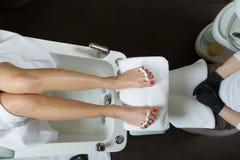 Pedicure στο πόδι γυναικών λάκκας στερεωτικών στιλβωτικής ουσίας καρφιών σαλονιών ομορφιάς Στοκ φωτογραφία με δικαίωμα ελεύθερης χρήσης