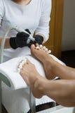 Pedicure στο πόδι γυναικών λάκκας στερεωτικών στιλβωτικής ουσίας καρφιών σαλονιών ομορφιάς Στοκ Φωτογραφίες