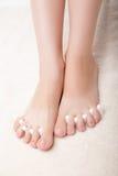 Pedicure ноги прикладывая ноги женщины в пальце ноги Стоковое фото RF