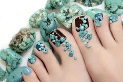 Pedicure com pedras de turquesa Foto de Stock Royalty Free
