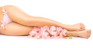Pedicure de relaxamento com uma flor cor-de-rosa da orquídea Imagens de Stock