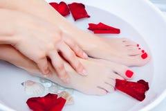 Pedicure Fußbehandlung mit Wasser lizenzfreies stockfoto