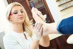 Pedicure specialist in beauty salon Royalty Free Stock Photography