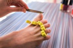 Pedicure'u oddzielacz dla palec u nogi nożnej opieki z gwozdziem fotografia royalty free