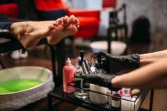 Pedicurist делая массаж ног после ванны pedicure стоковые изображения rf