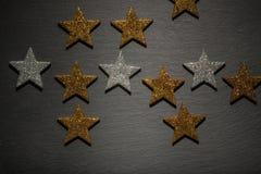 Pedido al azar de estrellas de oro y de plata Imagenes de archivo