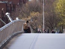 Pedido de assento do homem idoso desabrigado na ponte do milênio em Dublin Ireland foto de stock