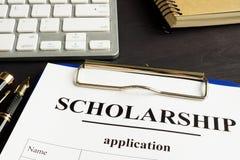 Pedido e dinheiro de bolsa de estudos para a educação em uma tabela fotos de stock royalty free