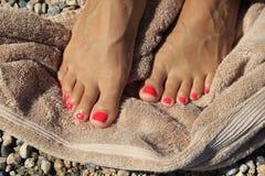 Pediküre-Zehen auf dem Badetuch Stockfotos