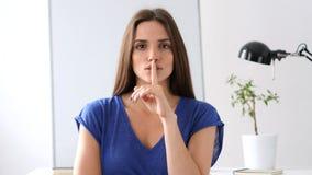 Pedindo o silêncio, mulher com o dedo nos bordos Fotos de Stock