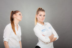 Pedir da mulher desculpa-se a seu amigo ofendido após a discussão Foto de Stock