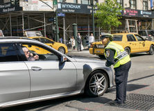 Pedir direcciones en NYC Foto de archivo libre de regalías