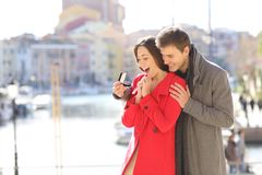 Pedir do noivo casa-se a sua amiga contente fotos de stock