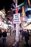 Pedistrians, welches die Straße in New York kreuzt Stockbild