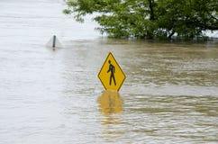 Pedonale firmi dentro l'inondazione Immagini Stock Libere da Diritti
