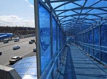 Pedone che attraversa Mosca in primavera immagine stock