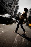 Pedone della femmina della città fotografie stock