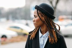Pedone di modo Giovane ragazza dell'afroamericano immagine stock