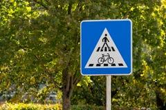Pedone e biciclette che attraversano il segnale stradale fotografie stock