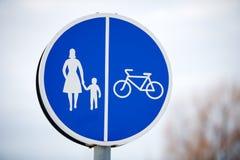 Pedone e segnale stradale comune bicicletta Fotografia Stock