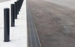 Pedone e strade di azionamento con i divisori ed il drenaggio fotografia stock libera da diritti