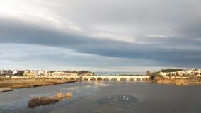 Pedone romano di Badajoz del ponte Nubi di tempesta anatre ed oche dell'isola immagini stock