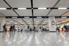 Pedone, salaryman su e gi? la scala mobile automatica per viaggiare a lavoro e per restituire casa fotografia stock