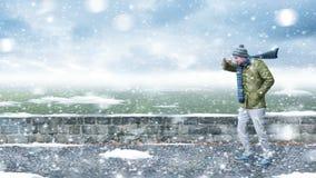 Pedone in una bufera di neve Fotografie Stock