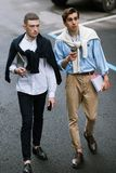 Pedoni alla moda sulla via Uomini alla moda Fotografie Stock