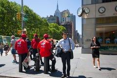Pedoni che aspettano il semaforo rosso fotografia stock libera da diritti