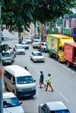 Pedoni che attraversano imprudentemente la via a Sibu del centro Fotografia Stock Libera da Diritti