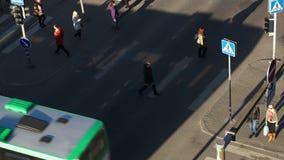 Pedoni che camminano attraverso la strada nella città stock footage