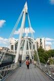 Pedoni che camminano sul ponte dorato di giubileo Fotografia Stock Libera da Diritti