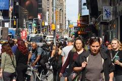 Pedoni che fanno il loro modo lungo le strade affollate di Manhattan centrale del centro Fotografie Stock Libere da Diritti