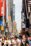 Pedoni che fanno il loro modo lungo le strade affollate di Manhattan centrale del centro Fotografia Stock