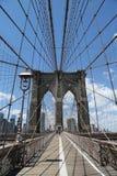 Pedoni e ciclisti che attraversano ponte di Brooklyn Fotografia Stock