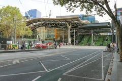 Pedoni e traffico vicino ai punti ed entrata alla stazione ferroviaria dell'incrocio del sud a Melbourne Immagine Stock