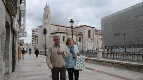 Pedoni nel centro di Burgos che trascura il Parroquia de San Lesmes e biblioteca pubblica stock footage