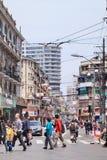 Pedoni su un passaggio pedonale nella vecchia città di Shanghai, Cina Fotografia Stock