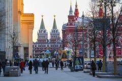 Pedoni sulla via in un centro di Mosca fotografia stock